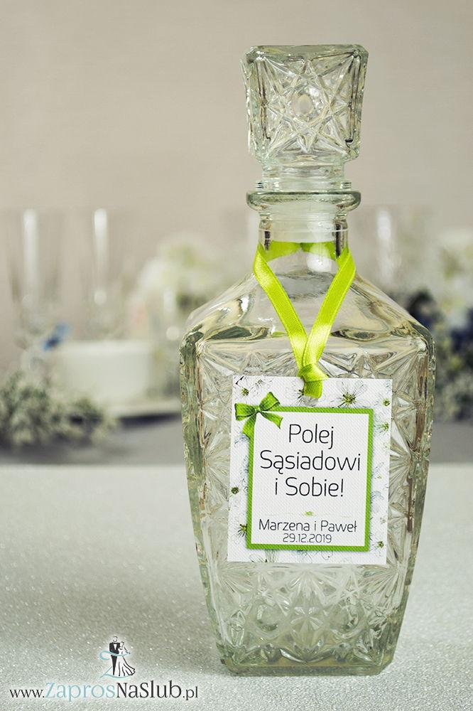 Kwiatowe zawieszki na alkohol wraz z zieloną wstążką i prostokątnym motywem pięknych drobnych, białych kwiatów - ZaprosNaSlub
