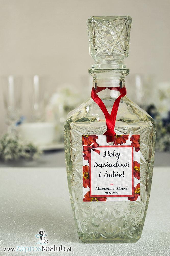 Kwiatowe zawieszki na alkohol wraz z czerwoną wstążką i prostokątnym motywem kwiatów gerbera - ZaprosNaSlub