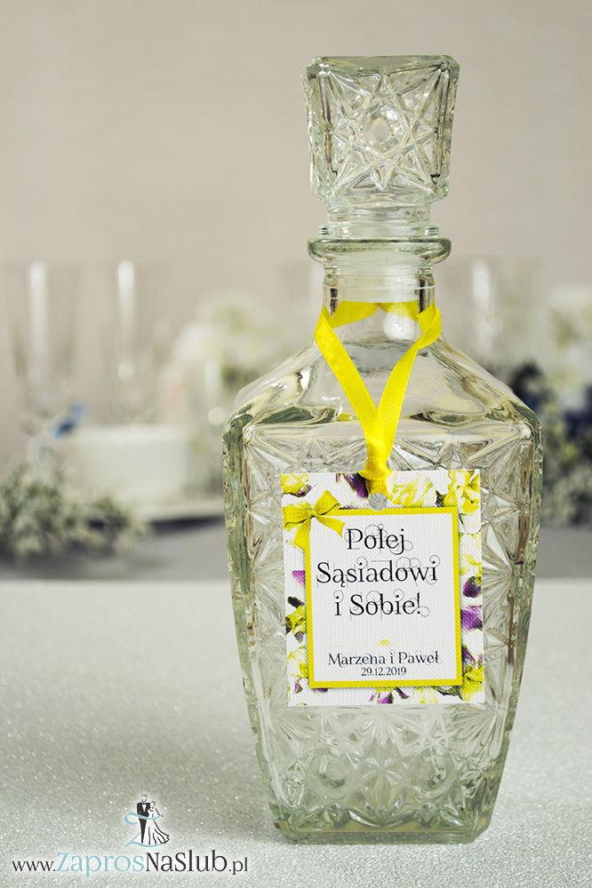Kwiatowe zawieszki na alkohol wraz z żółtą wstążką i prostokątnym motywem kwiatów irysa - ZaprosNaSlub