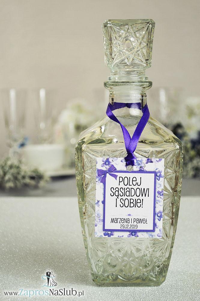 Kwiatowe zawieszki na alkohol wraz z ciemnofioletową wstążką i prostokątnym motywem polnych kwiatów - ZaprosNaSlub