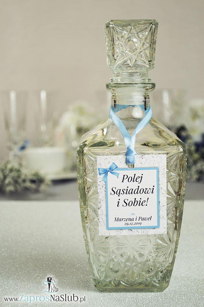 Kwiatowe zawieszki na alkohol wraz z błękitną wstążką i prostokątnym motywem kwiatów kaliny - ZaprosNaSlub