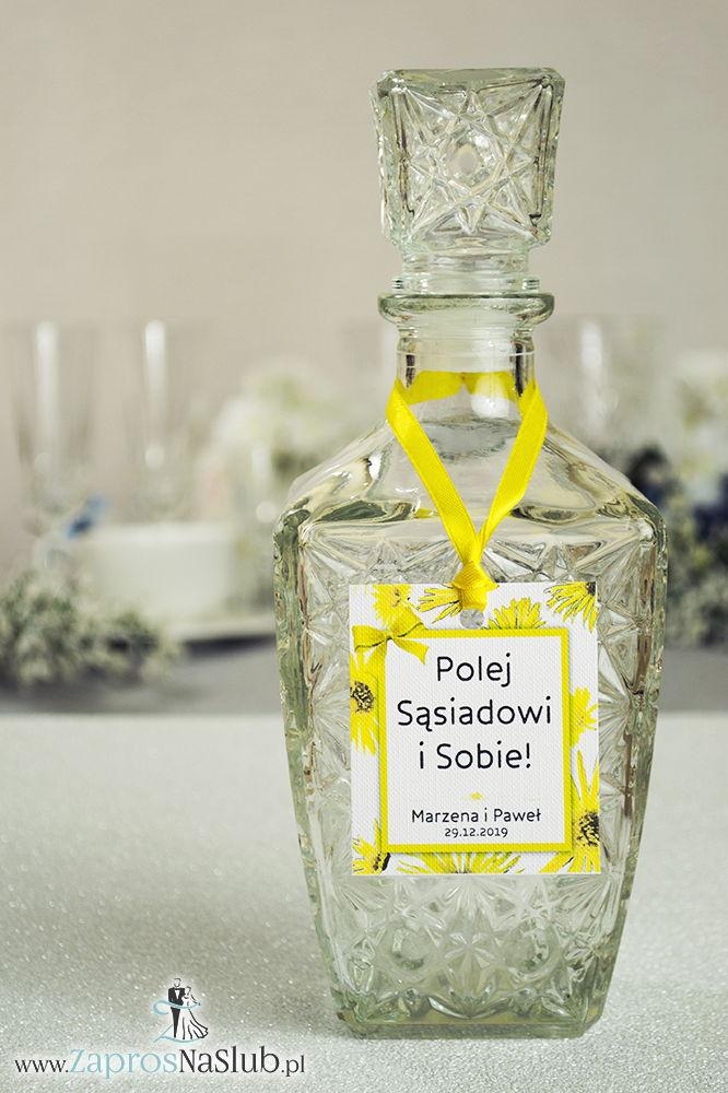 Kwiatowe zawieszki na alkohol wraz z żółtą wstążką i prostokątnym motywem kwiatów słonecznika - ZaprosNaSlub