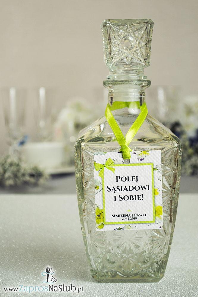 ZaprosNaSlub - Zaproszenia ślubne, personalizowane, boho, rustykalne, kwiatowe księga gości, zawieszki na alkohol, winietki, koperty, plany stołów - Kwiatowe zawieszki na alkohol wraz z zieloną wstążką i prostokątnym motywem kwiatów bratków – zaproszenia ślubne na ślub