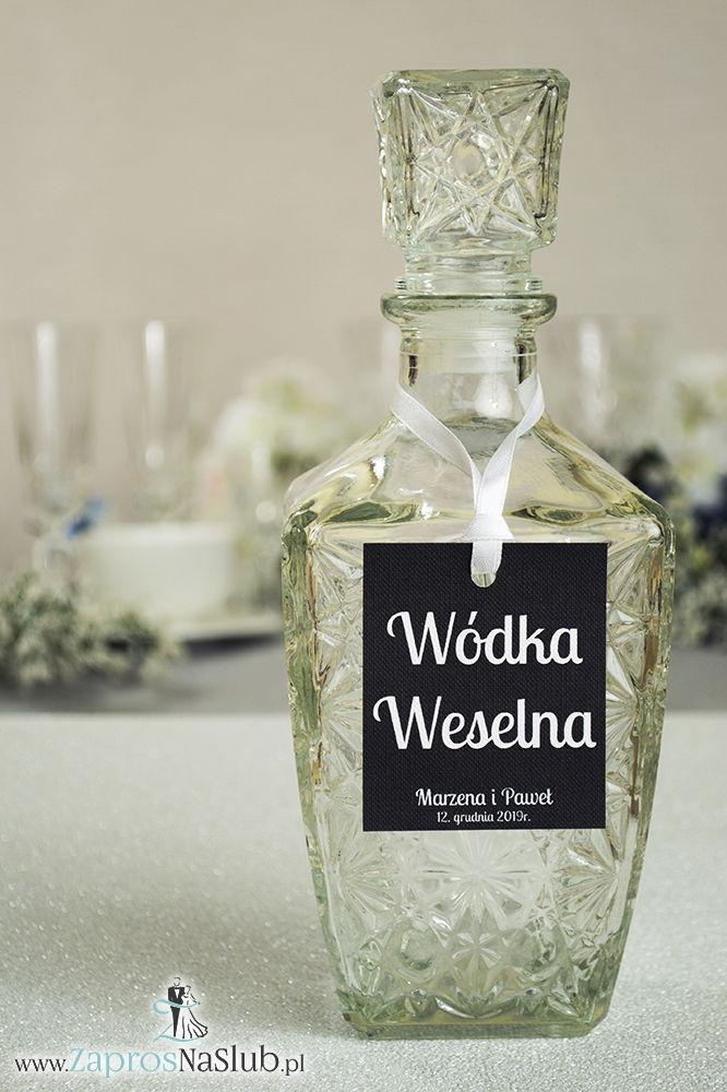 Proste, czarno-białe zawieszki na alkohol wraz z białą wstążką. Biały tekst, czarne tło v2 - ZaprosNaSlub
