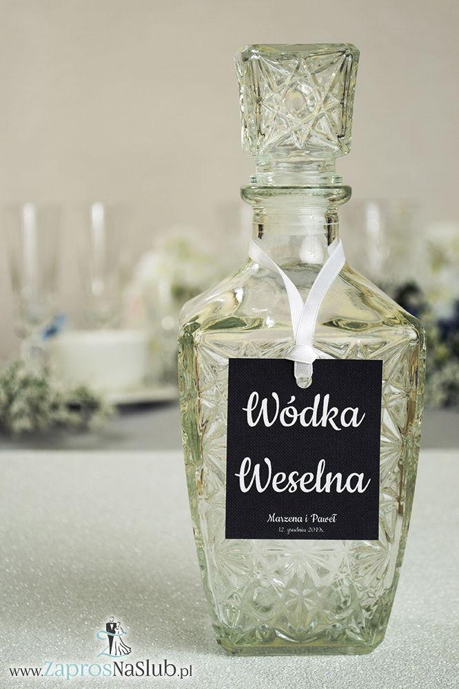 Proste, czarno-białe zawieszki na alkohol wraz z białą wstążką. Biały tekst, czarne tło v3