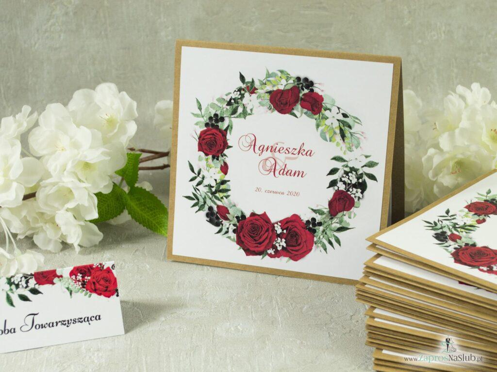 Modne Zaproszenie rustykalne ślubne eko z przyklejanym motywem tekstowym z czerwonymi różami oraz białymi makami, czerwone róże, białe maki, zielone liście ZAP-38-01-min