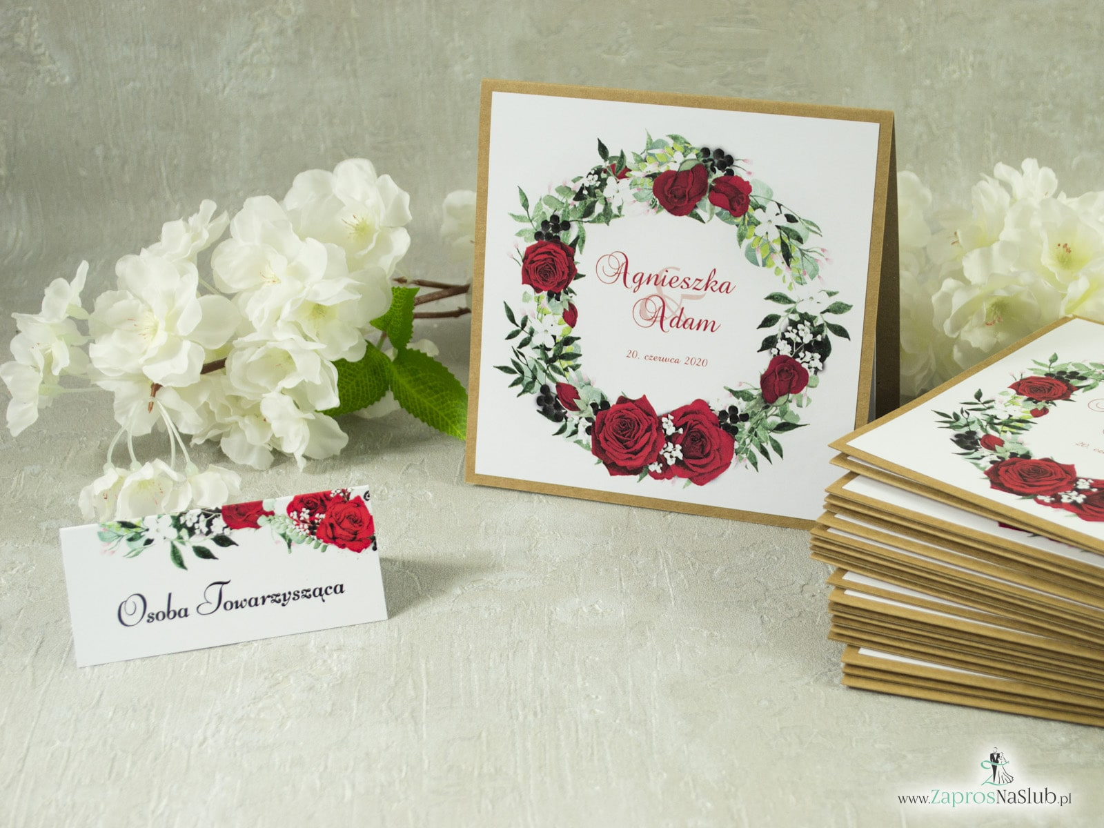 Kwiatowe zaproszenia ślubne eko z wiankiem, sznurkiem jutowym i wklejanym wnętrzem. Czerwone róże, zielone liście i białe maki. ZAP-38-01