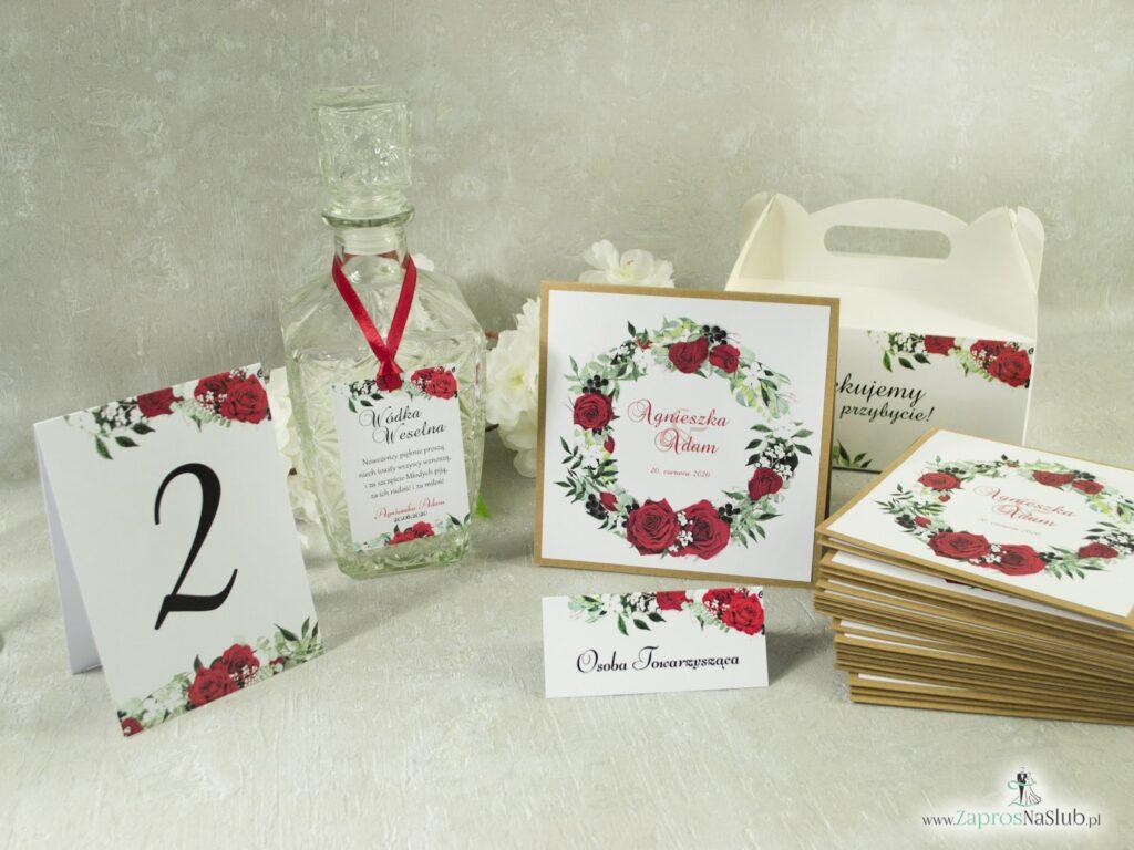 Zaproszenie ślubne, numer na stół, zawieszka na alkohol, winietka, pudełko na ciasto, zestaw z czerownych róż, zielonych liści i białych maków.-min