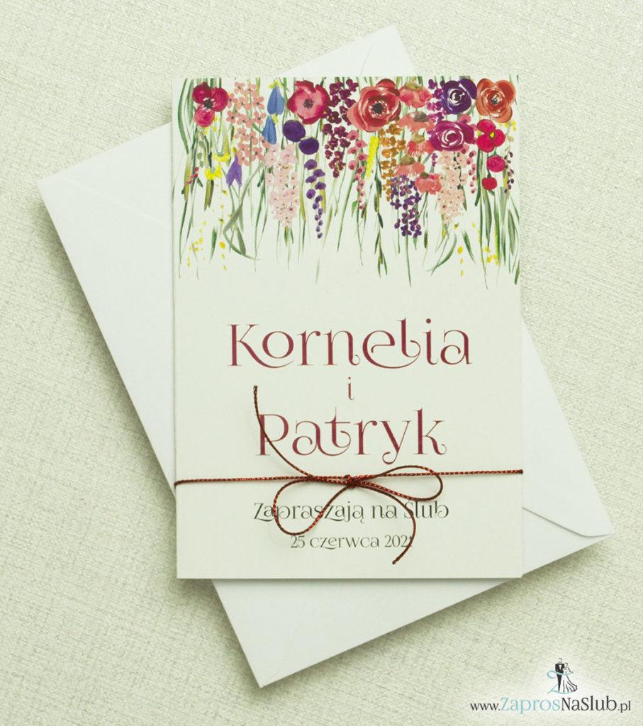 skladane-na-pol-zaproszenia-slubne-z-polnymi-kwiatami-zielona-trawa-metalizowanym-sznurkiem-i-biala-koperta