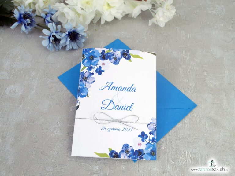 Modne zaproszenia ślubne kwiatowe w odcieniach niebieskiego. Nowoczesna ozdobna czcionka. Sznurek metalizowany srebrny.  ZAP-35-04