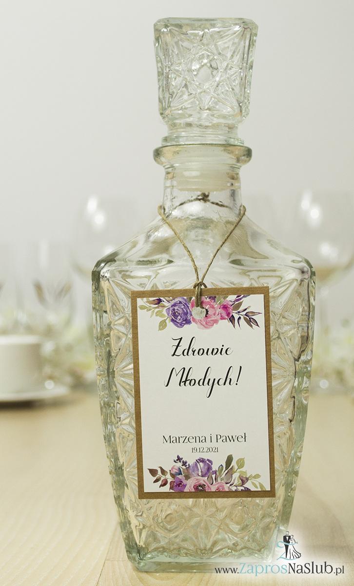 ZaprosNaSlub - Zaproszenia ślubne, personalizowane, boho, rustykalne, kwiatowe księga gości, zawieszki na alkohol, winietki, koperty, plany stołów - Modne zawieszki na alkohol z naklejanym motywem, sznurkiem jutowym, bardzo ładnymi kwiatami różowymi i fioletowymi oraz nowoczesną, ozdobną czcionką. ZAW-10011
