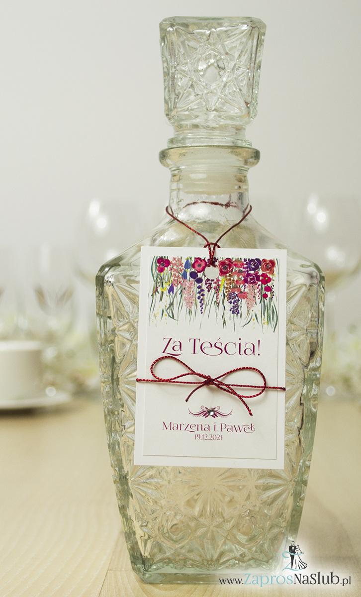 Modne zawieszki na alkohol z naklejanym motywem, metalizowanym sznurkiem czerwonym, pięknymi kwiatami wychodzącymi góry zawieszki oraz modną czcionką ozdobną i cyrkonią. ZAW-10004 - ZaprosNaSlub