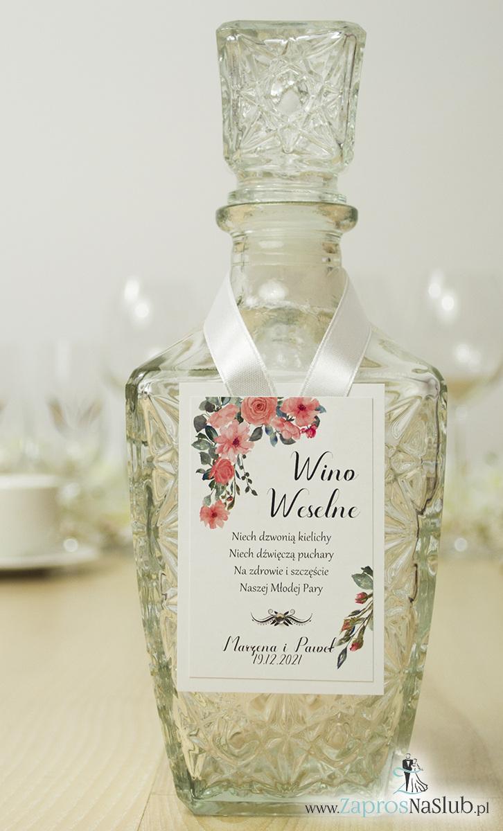 Modne zawieszki na alkohol z naklejanym motywem, sznurkiem metalizowanym lub wstążką, cyrkonią i pięknymi czerwonymi kwiatami, modna nowoczesna czcionka. ZAW-10002