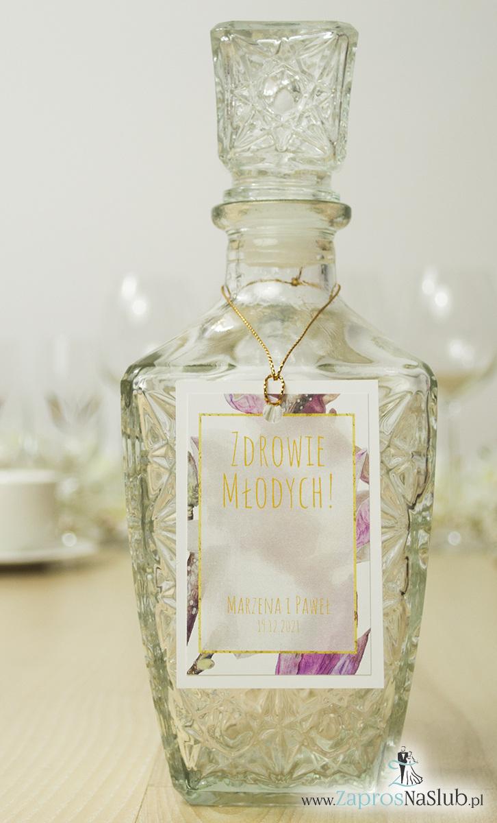 Modne zawieszki na alkohol z naklejanym motywem, złotym sznurkiem metalizowanym i przepięknymi kwiatami magnolii. Magnolia zachwyci każdego! ZAW-10008
