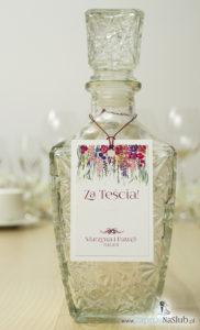 Modne zawieszki na alkohol z naklejanym motywem, metalizowanym sznurkiem czerwonym, pięknymi kwiatami wychodzącymi góry zawieszki oraz modną czcionką ozdobną i cyrkonią. ZAW-10004