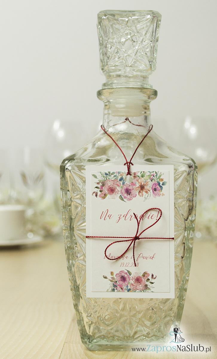 ZaprosNaSlub - Zaproszenia ślubne, personalizowane, boho, rustykalne, kwiatowe księga gości, zawieszki na alkohol, winietki, koperty, plany stołów - Modne zawieszki na alkohol z naklejanym motywem, metalizowanym sznurkiem czerwonym, pięknymi kwiatami w odcieniach różu i ich konturami, nowoczesną ozdobną czcionką. ZAW-10005