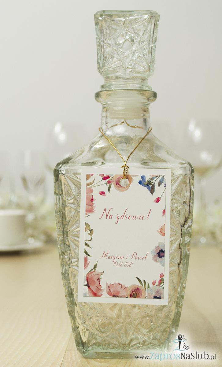 Modne zawieszki na alkohol z naklejanym motywem, metalizowanym sznurkiem złotym, kwiatami otaczającymi tekst i modną czcionką. ZAW-10006