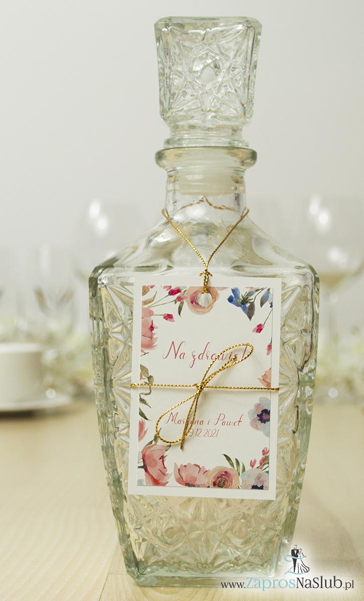 ZaprosNaSlub - Zaproszenia ślubne, personalizowane, boho, rustykalne, kwiatowe księga gości, zawieszki na alkohol, winietki, koperty, plany stołów - Modne zawieszki na alkohol z naklejanym motywem, metalizowanym sznurkiem złotym, kwiatami otaczającymi tekst i modną czcionką. ZAW-10006