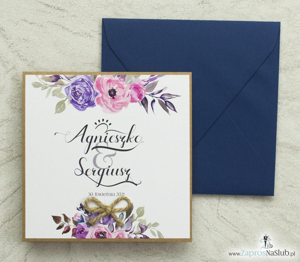 modne-zaproszenia-ślubne-z kwiatami-róż-ozdobną-czcionką-papierem-eko-i-granatową-kopertą