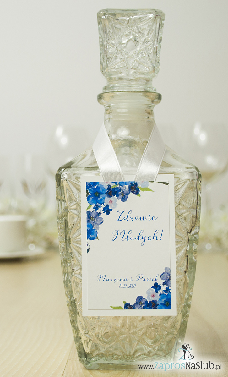 Modne zawieszki na alkohol z naklejanym motywem, metalizowanym sznurkiem srebrnym, niebieskimi kwiatami i modną czcionką. ZAW-10007