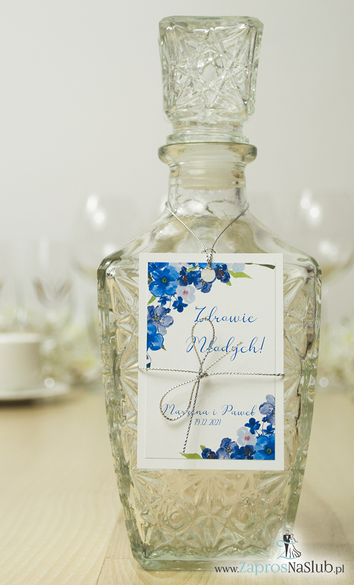 ZaprosNaSlub - Zaproszenia ślubne, personalizowane, boho, rustykalne, kwiatowe księga gości, zawieszki na alkohol, winietki, koperty, plany stołów - Modne zawieszki na alkohol z naklejanym motywem, metalizowanym sznurkiem srebrnym, niebieskimi kwiatami i modną czcionką. ZAW-10007