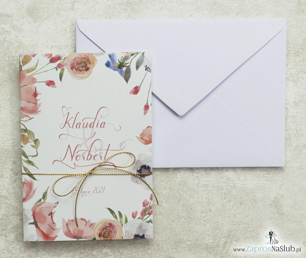 Modne zaproszenia ślubne kwiatowe. Kwiaty otaczające motyw tekstowy. Nowoczesna ozdobna czcionka. Sznurek metalizowany złoty. ZAP-35-03