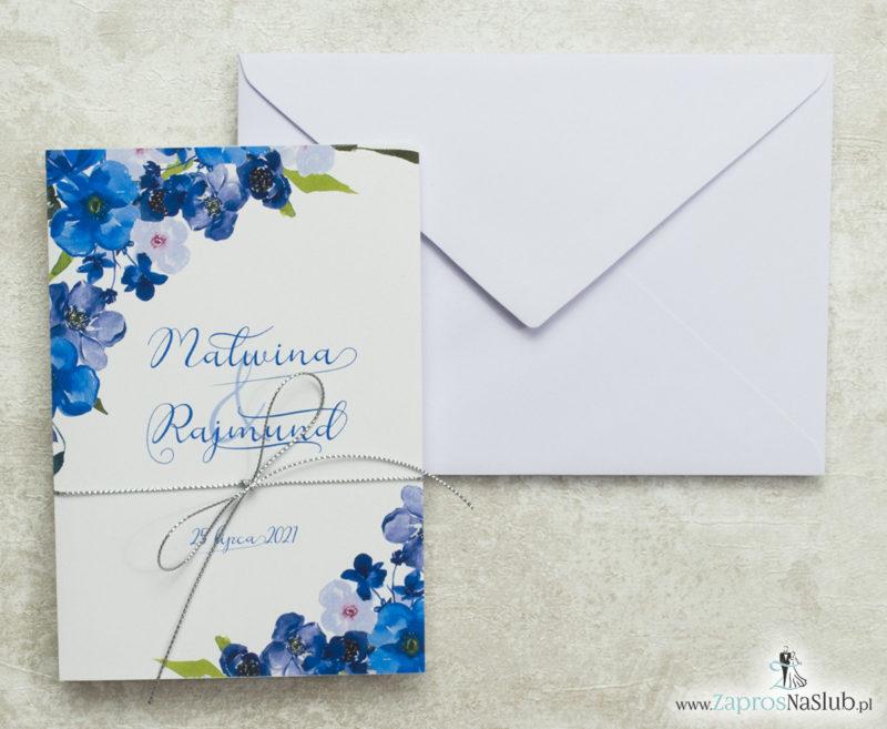 zaproszenia-ślubne-z-niebieskimi-kwiatami-srebrnym-sznurkiem-i-białą-kopertą