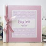Bardzo elegancka księga gości z biało-różowymi dekoracyjnymi paskami, różowym papierem perłowym ksg10015-12
