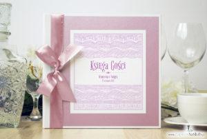 Bardzo elegancka księga gości z biało-różowymi dekoracyjnymi paskami, różowym papierem perłowym ksg10015-25