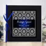 Bardzo elegancka księga gości z czarno-białym eleganckim damaskiem z błękitna poświatą, czarnym papierem perłowym ksg10020-6