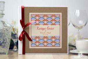 Bardzo elegancka księga gości z czerwonymi i niebieskimi pawimi piórami, różowymi elementami, papierem eko ksg10008-12