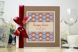 Bardzo elegancka księga gości z czerwonymi i niebieskimi pawimi piórami, różowymi elementami, papierem eko ksg10008-25