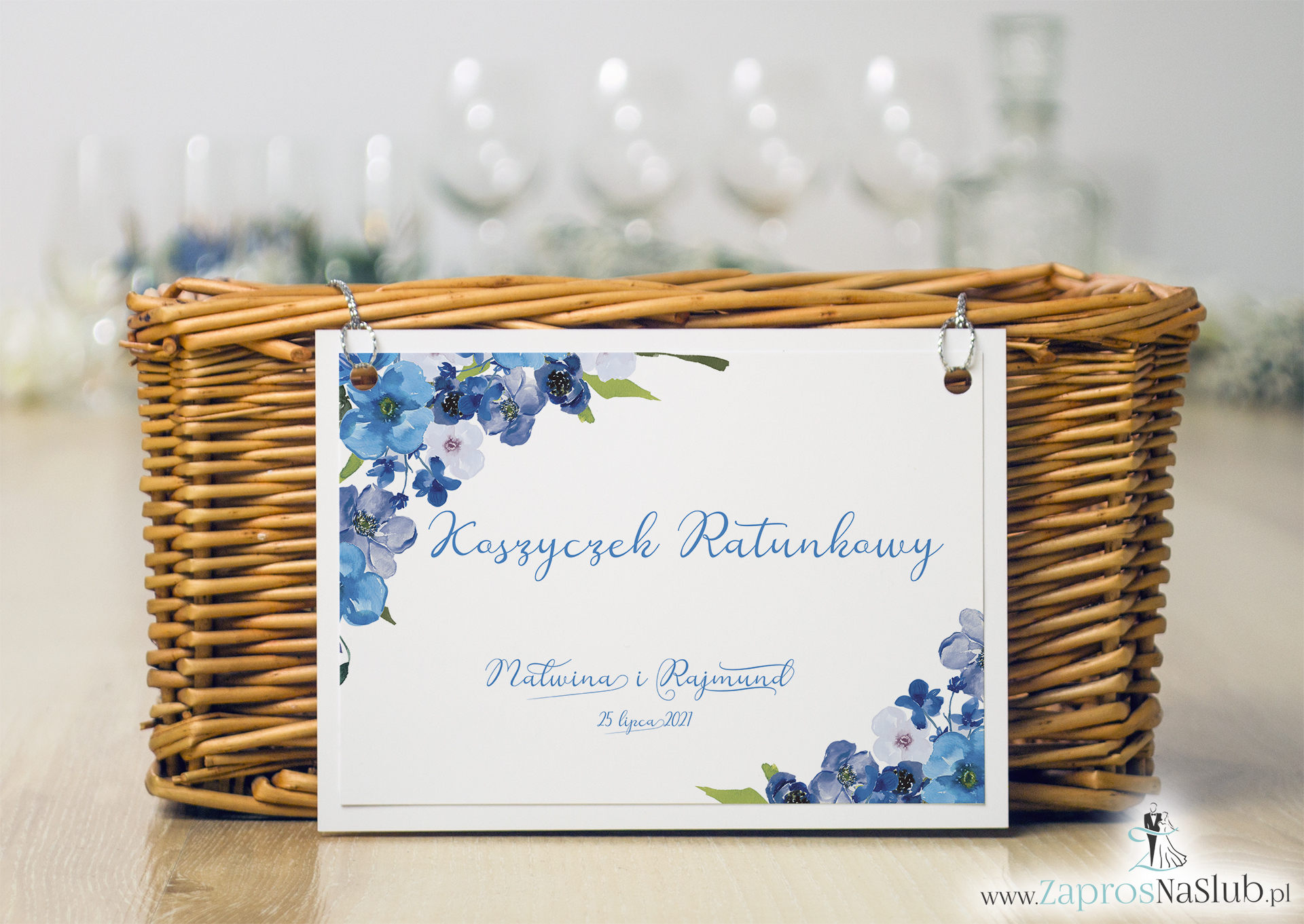 Koszyczek ratunkowy z niebieskimi kwiatami i srebrnym sznurkiem. KOS-10004 - Zaproszenia ślubne ZaprosNaSlub
