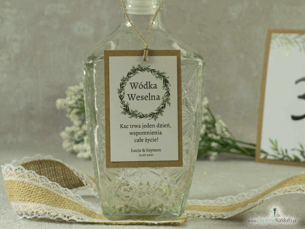 Zawieszka na alkohol eko w stylu rustykalnym z naklejanym białym papierem i wiankiem z zielonych liści, rustykalna ZAW-111-1