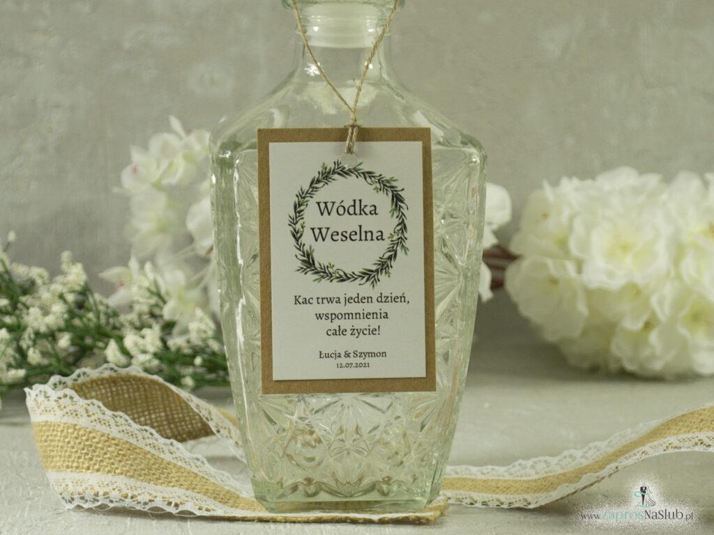 Zawieszka na butelkę alkohol eko w stylu rustykalnym z naklejanym białym papierem i wiankiem z zielonych liści ZAW-111-1