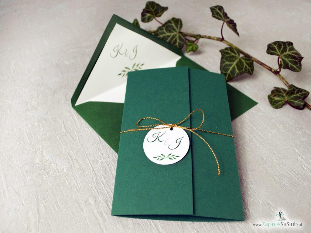 Eleganckie zaproszenie w kolorze butelkowej zieleni z wklejanym wnetrzem złotym sznurkiem i przywieszką w kształcie koła ZAP-125-min