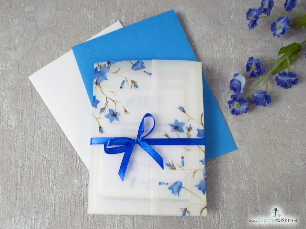 Kalka zaproszenie ślubne kwiatowe, niebieskie kwiaty dzwonków, granatiwa wstążka, dwuczęściowe z wkładką rsvp ZAP-124-min