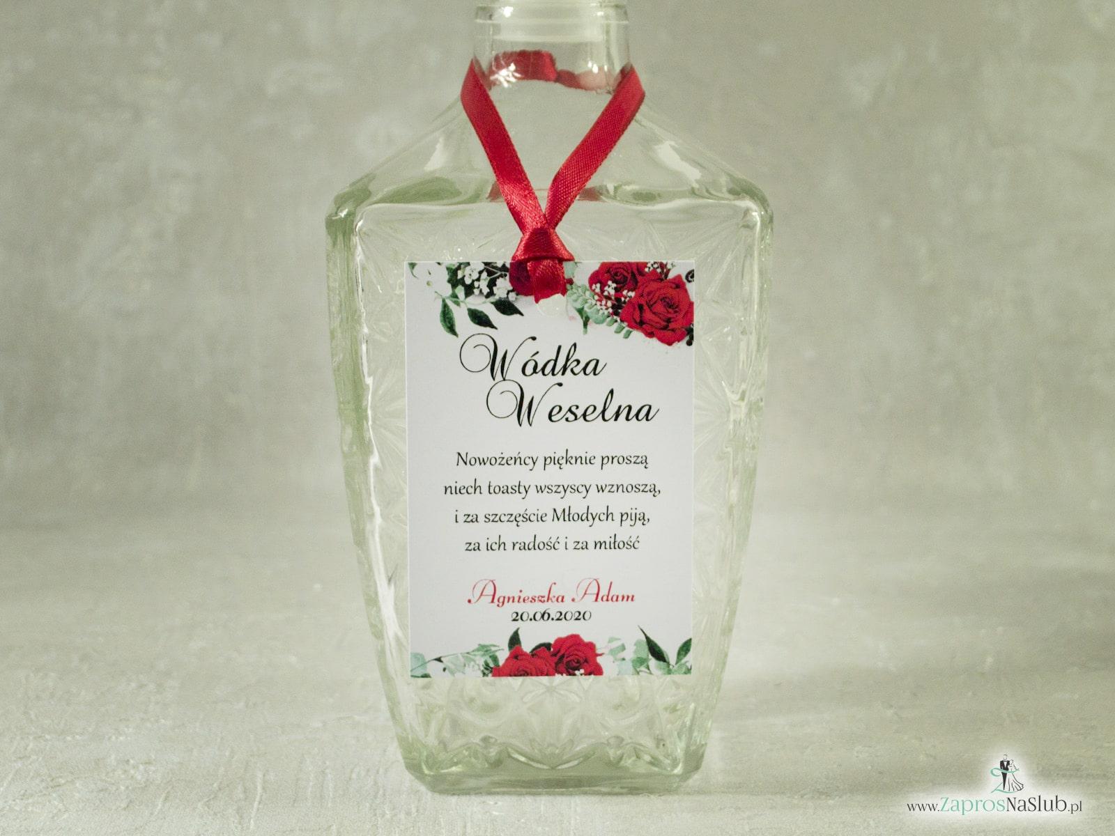 Kwiatowa zawieszka na alkohol z motywem czerwonych róż z zielonymi liśćmi oraz białych maków. ZAW-38-01-2