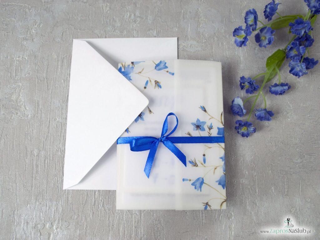 Kwiatowe zaproszenie ślubne z niebieskimi kwiatami dzwonków, okładka z kalki, dwuelementowe wnętrze z wkładką RSVP ZAP-124-min