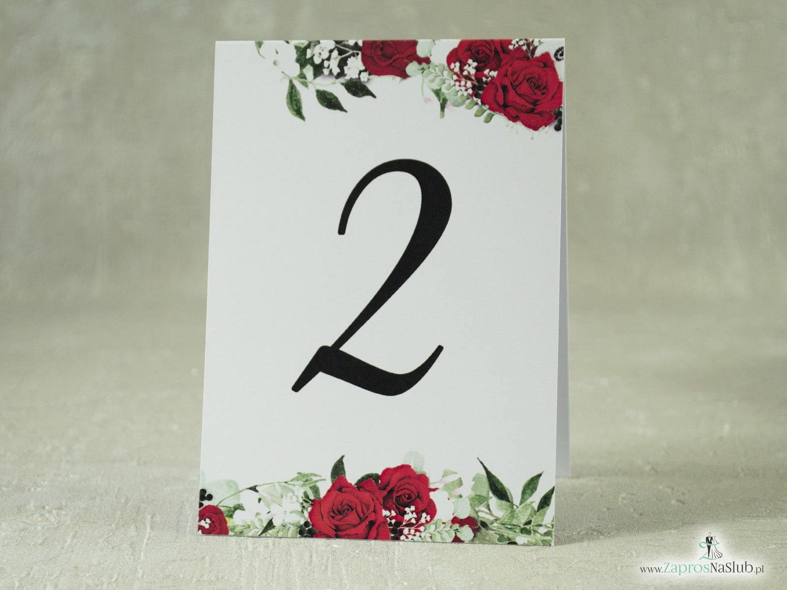 Numer na stół samostojący. Czerwone róże z zielonymi liśćmi oraz białymi makami. NNS-38-01-2  - Zaproszenia ślubne ZaprosNaSlub