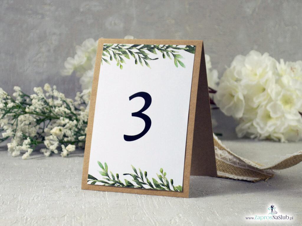 Numer stołu w stylu rustykalnym z naklejanmym papierem białym z zielonymi liśmi w kształcie litery A samostojący NNS-111-1