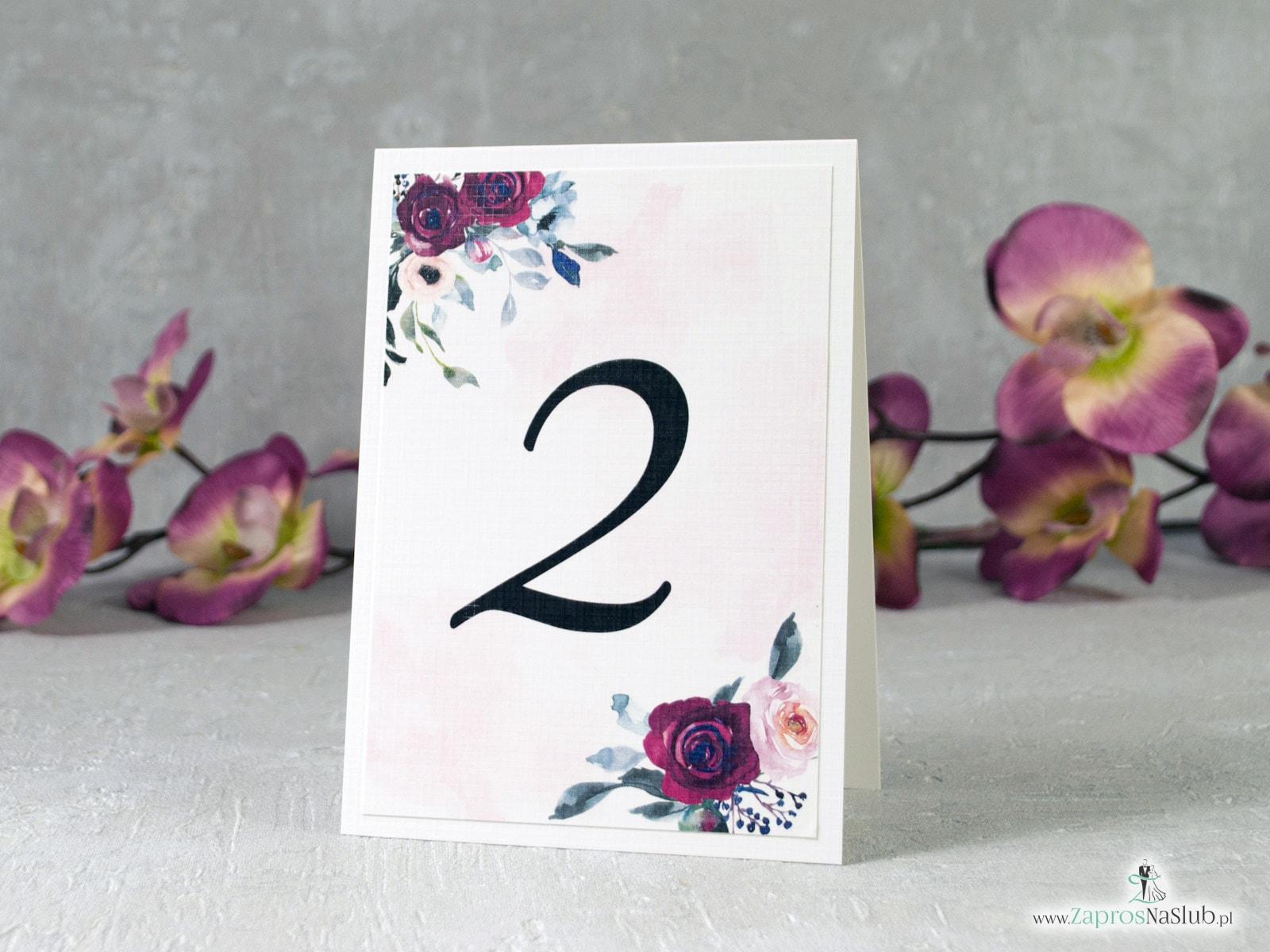 Numer na stół samostojący. Bordowe i różowe róże na delikatnym tle. NNS-41-06