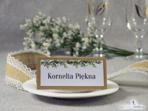 Zaproszenie ślubne eko w stylu rustykalnym z motywem wianka z zielonych liści przewiązane sznurkiem jutowym ZAP-111