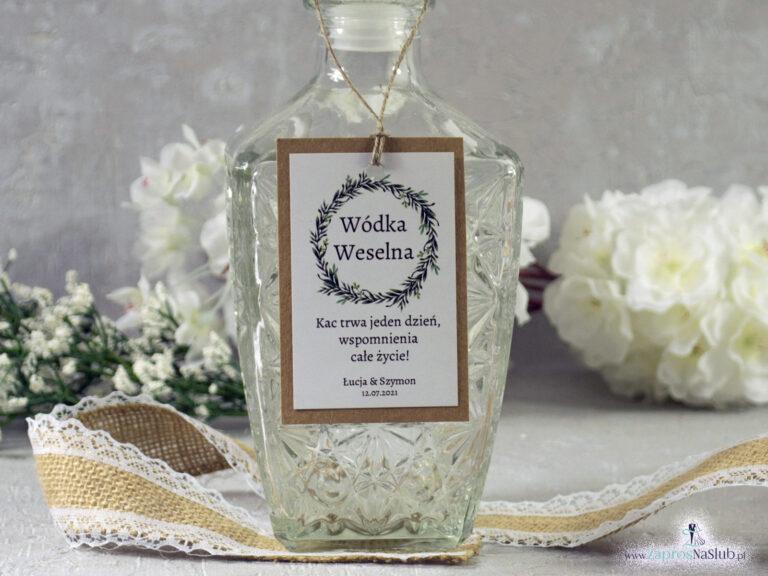Rustykalne zawieszki na alkohol eko z motywem wianka z zielonych liści, przyklejanym motywem tekstowym i sznurkiem jutowym ZAW-111-1 - ZaprosNaSlub