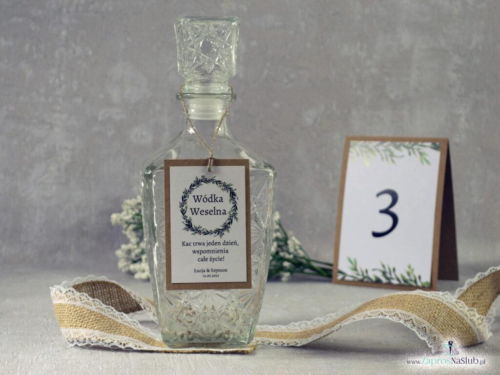 Zawieszka na wódkę eko w stylu rustykalnym z naklejanym białym papierem i wiankiem z zielonych liści ZAW-111-1