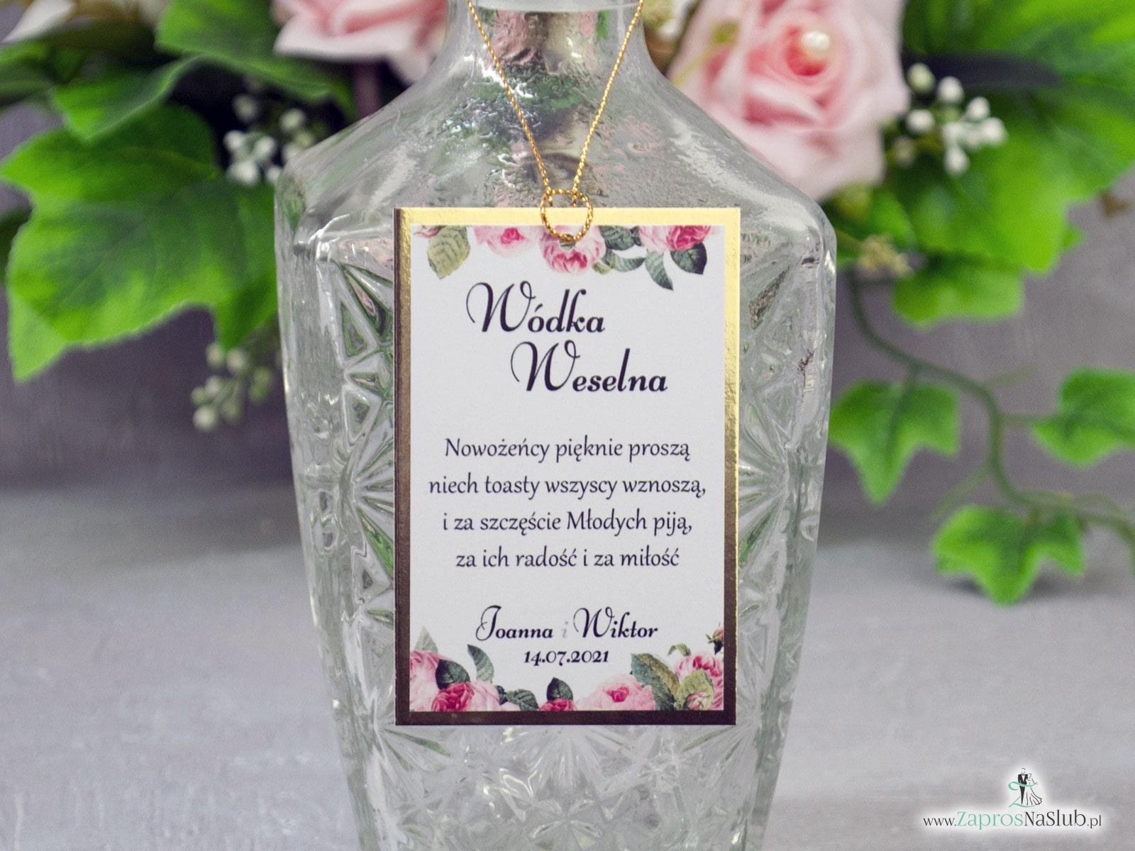 Eleganckie zawieszki na alkohol z motywem kwiatów róży z zielonymi liśćmi na złotym papierze z efektem lustra - Zaproszenia ślubne ZaprosNaSlub