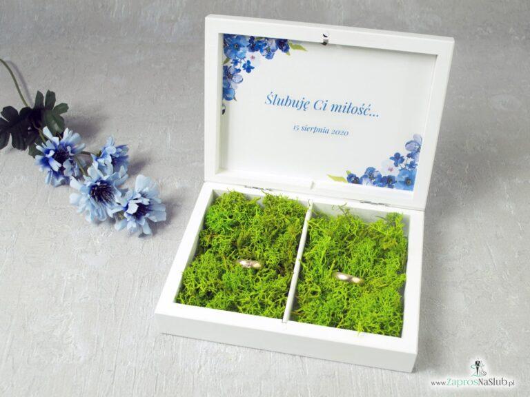 Drewniane pudełko na obrączki w kolorze białym z niebieskimi kwiatami. Zielony mech. PNO-35-04-min
