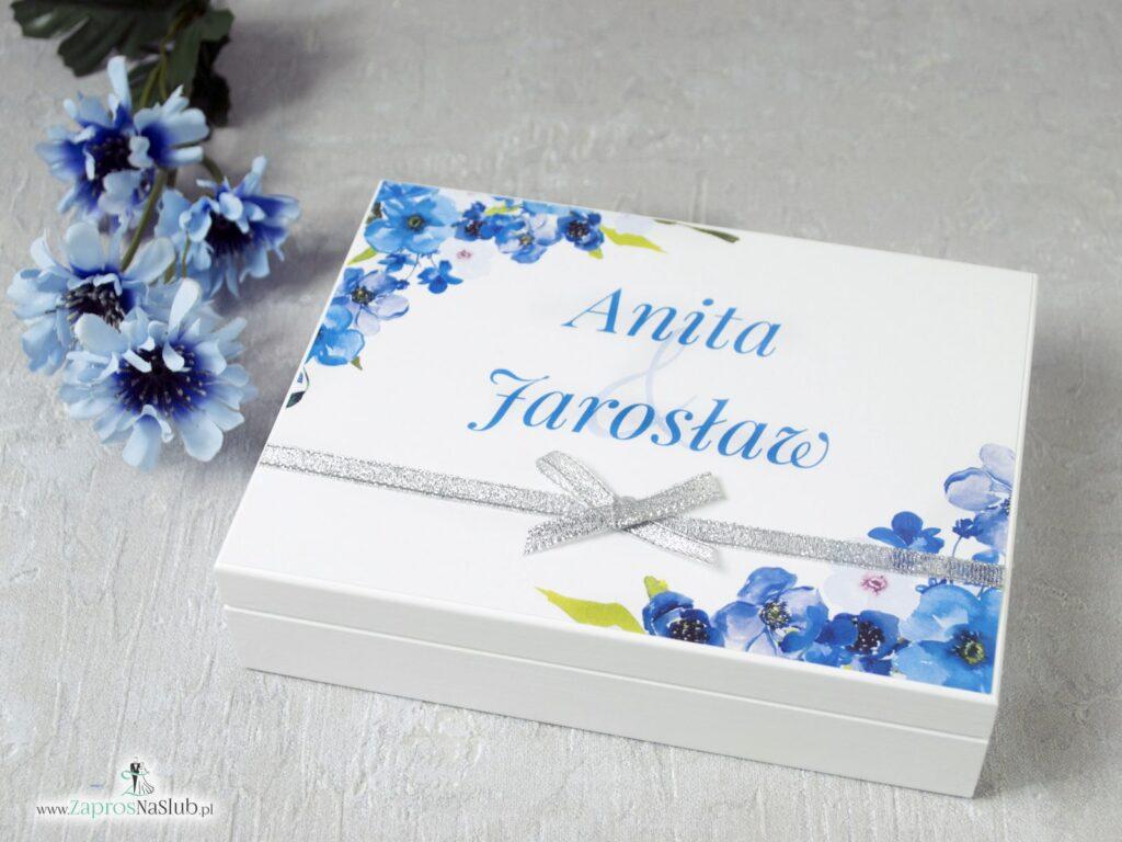 Pudełko na obrączki białe drewniane z mchem oraz motywem niebieskich kwiatów PNO-25-04-min