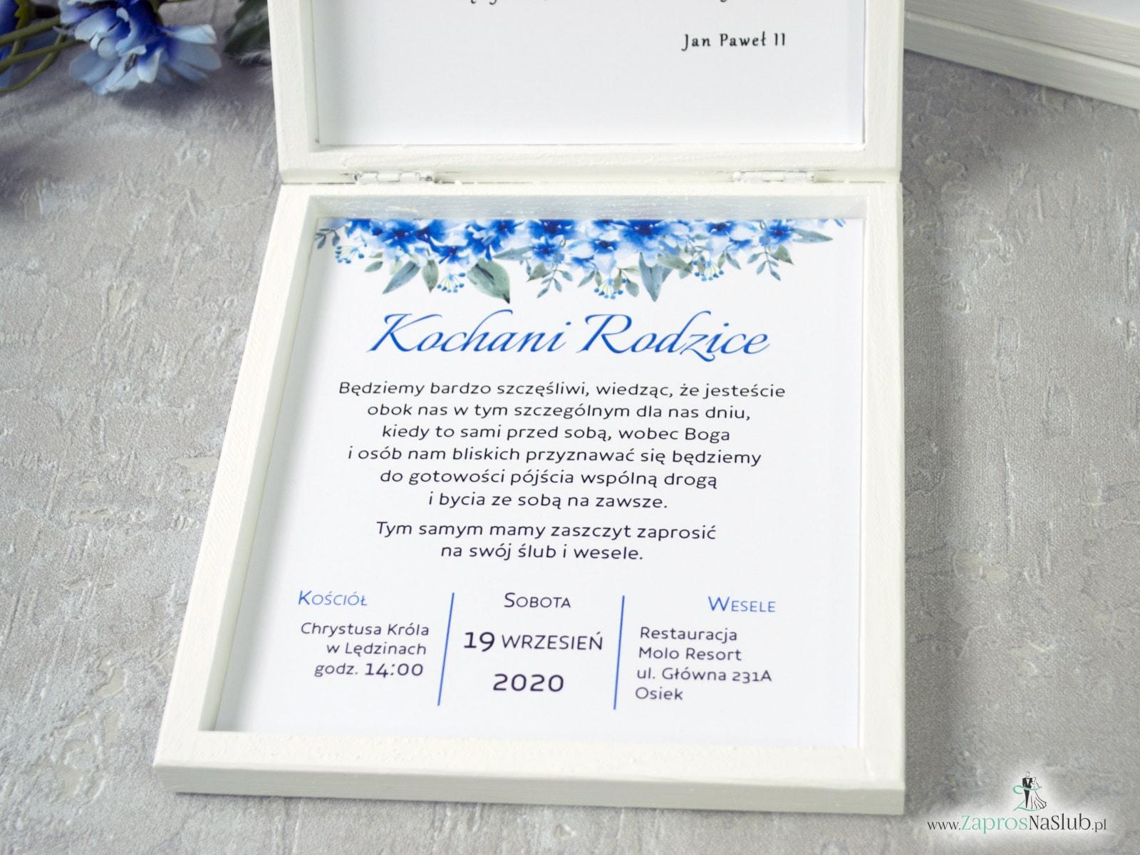 Prośba o błogosławieństwo dla rodziców w drewnianym pudełeczku z geometrycznym sercem, niebieskimi kwiatami i białym piórkiem. POB-41-22
