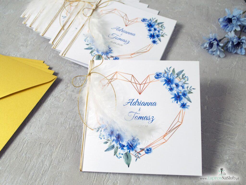 Kwiatowe zaproszenie ślubne z geometrycznym sercem i białym piórkiem z niebieskimi kwiatami ZAP-41-22